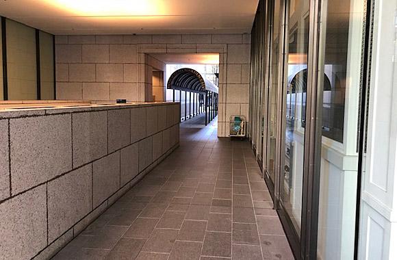 1. 改札出てエレベーターで地上へ エレベーター降りて右へ